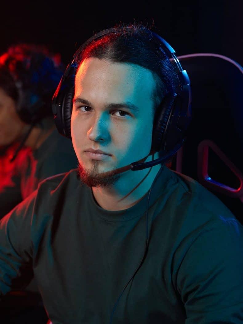 gamer in computer club e1615158310961